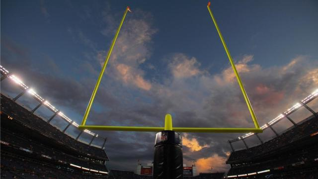 tall-nfl-field-goal-post_35c09e670f010208